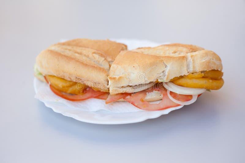 Sandwich frit à petit pain d'Espagnol de calmar image stock
