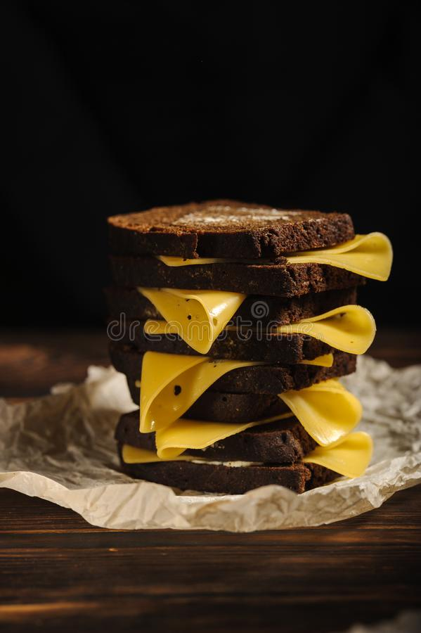 Sandwich gemacht vom Brot und vom Käse stockfotos
