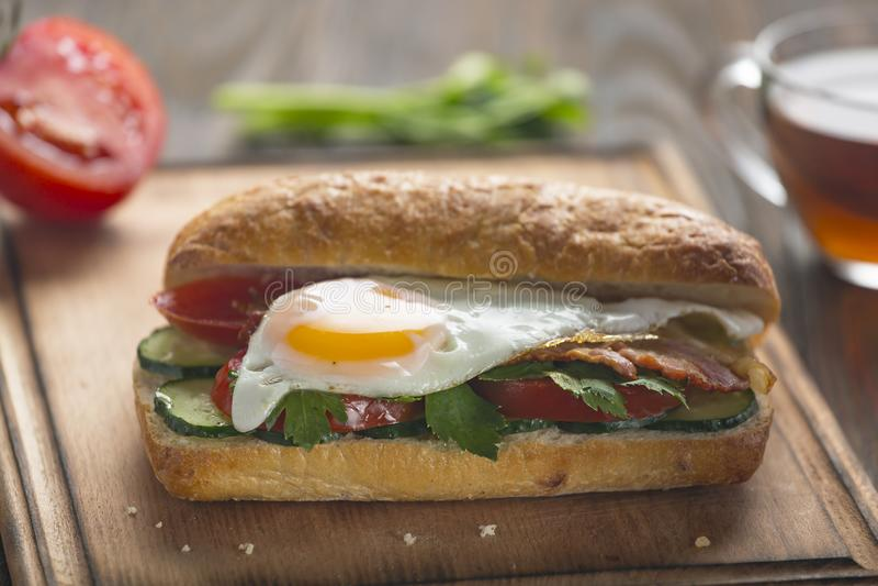 Sandwich, geroosterde kaas, avocado, bacon, Turkije, midden, salami, kip, lapje vlees, Vietnamees, baconjam, recept, calistijl stock fotografie