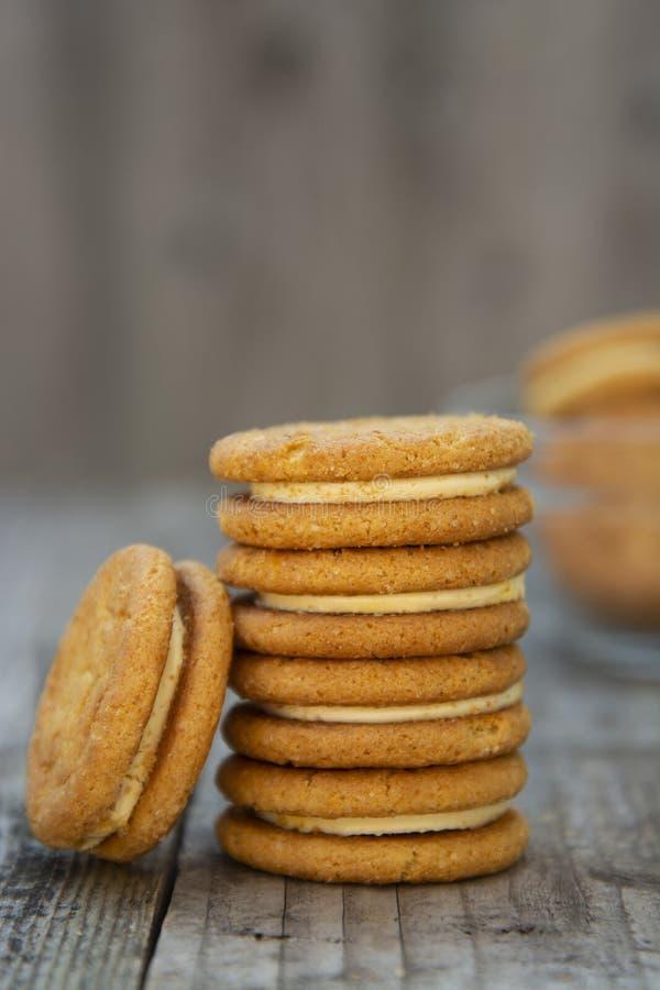 Sandwich, gesunde Kekse des Ingwers mit Sahne, Abschluss oben, Pl?tzchen f?r Tee oder Imbiss stockfoto