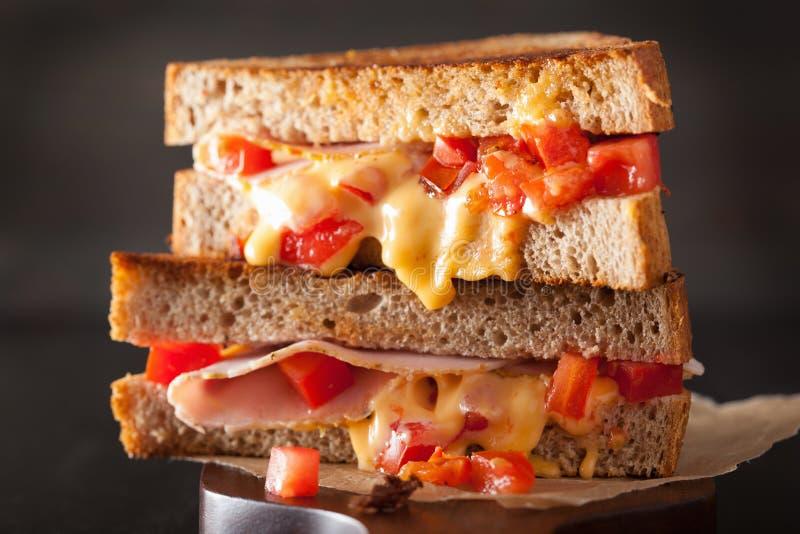Sandwich grillé à fromage avec du jambon et la tomate image libre de droits