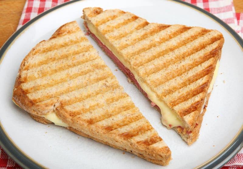 Sandwich grillé avec la pastrami et le fromage image libre de droits