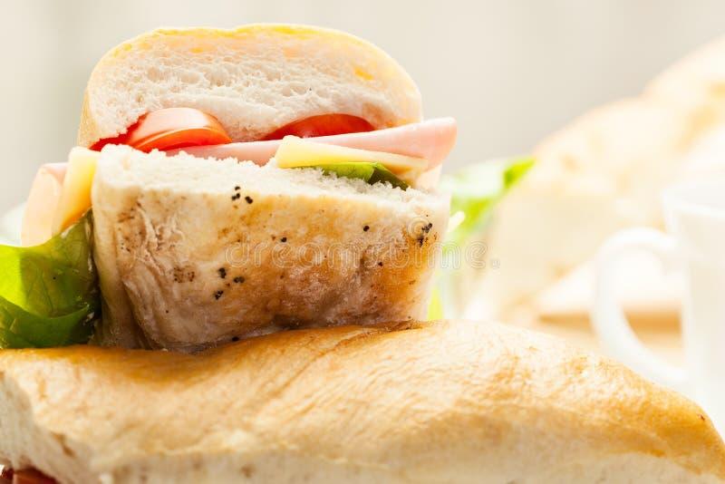 Sandwich italien à panini avec du jambon, le fromage et la tomate photographie stock