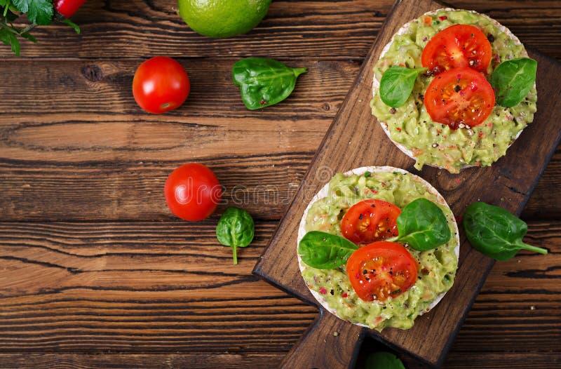 Sandwich kernachtig brood met guacamole en tomaten op een houten achtergrond royalty-vrije stock foto's