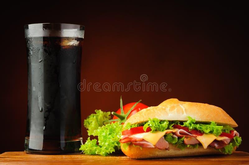 Sandwich, légumes et kola photo libre de droits