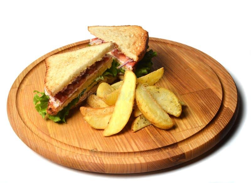 Sandwich met aardappelen in de schil op een houten die raad op witte achtergrond wordt geïsoleerd Restauratedvoedsel Snel voedsel stock afbeelding