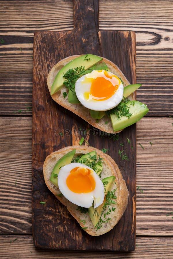 Sandwich met avocado en ei stock afbeelding