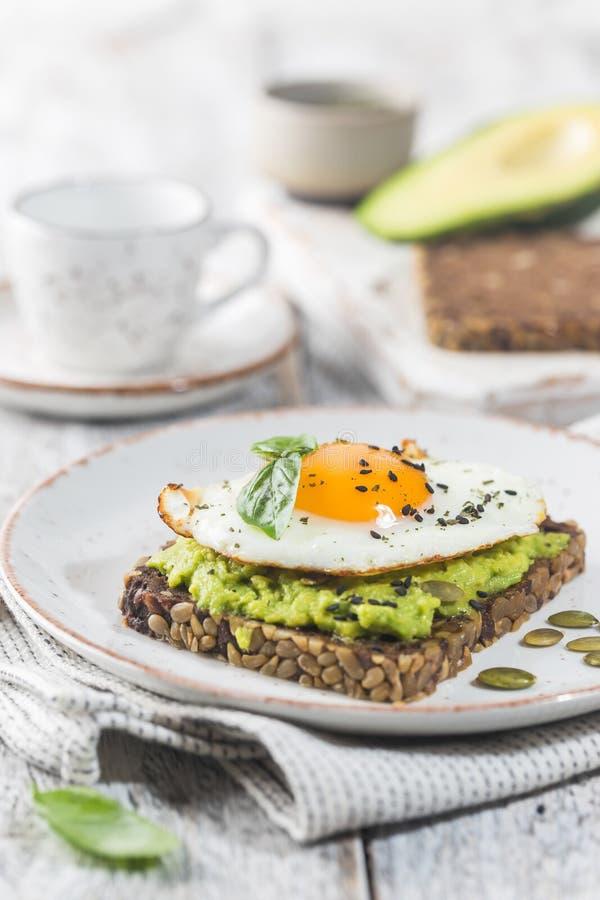 Sandwich met avocado en ei stock foto