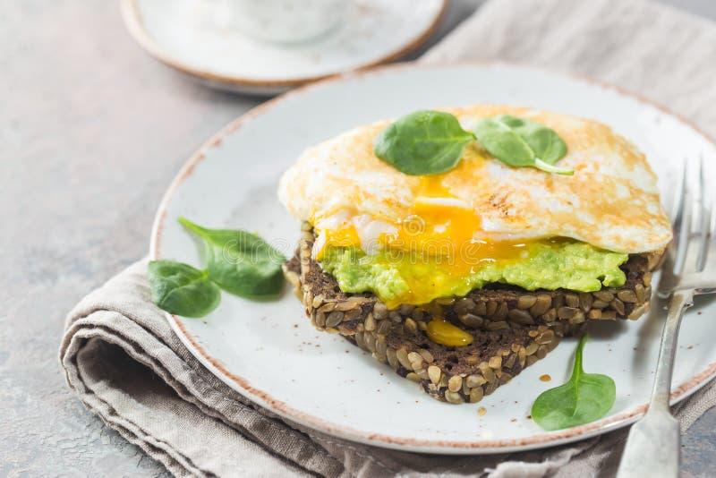 Sandwich met avocado en ei royalty-vrije stock foto