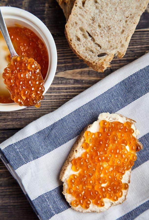 Sandwich met boter en rode zalmkaviaar royalty-vrije stock afbeelding