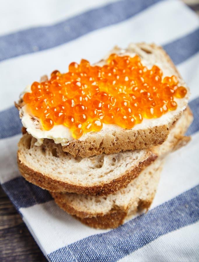 Sandwich met boter en rode zalmkaviaar royalty-vrije stock fotografie