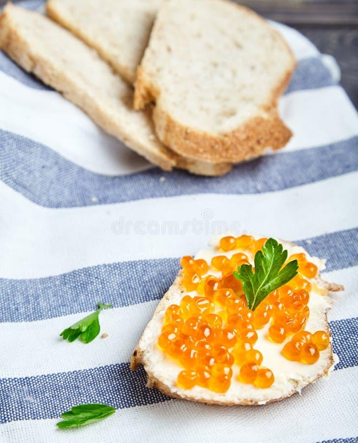 Sandwich met boter en rode zalmkaviaar stock foto