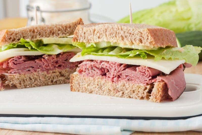 Sandwich met braadstukrundvlees, kaas, mosterd en royalty-vrije stock fotografie
