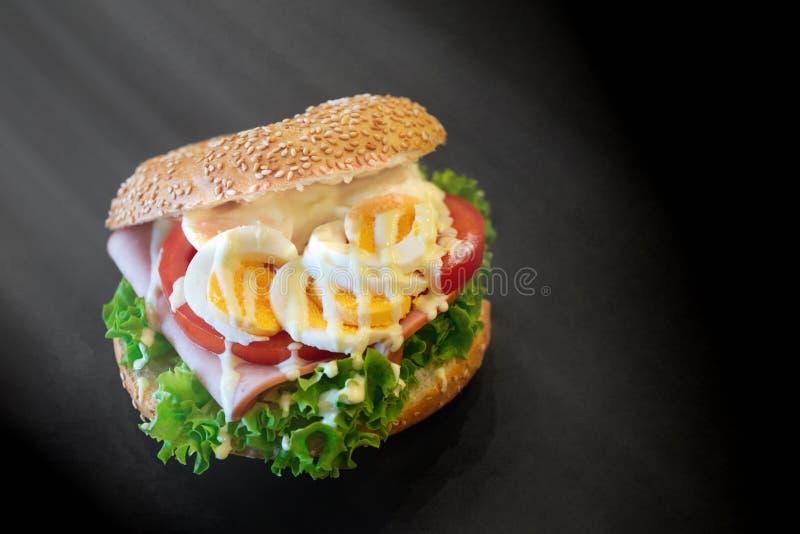 Sandwich met ei, sla, tomaat en ham stock afbeeldingen