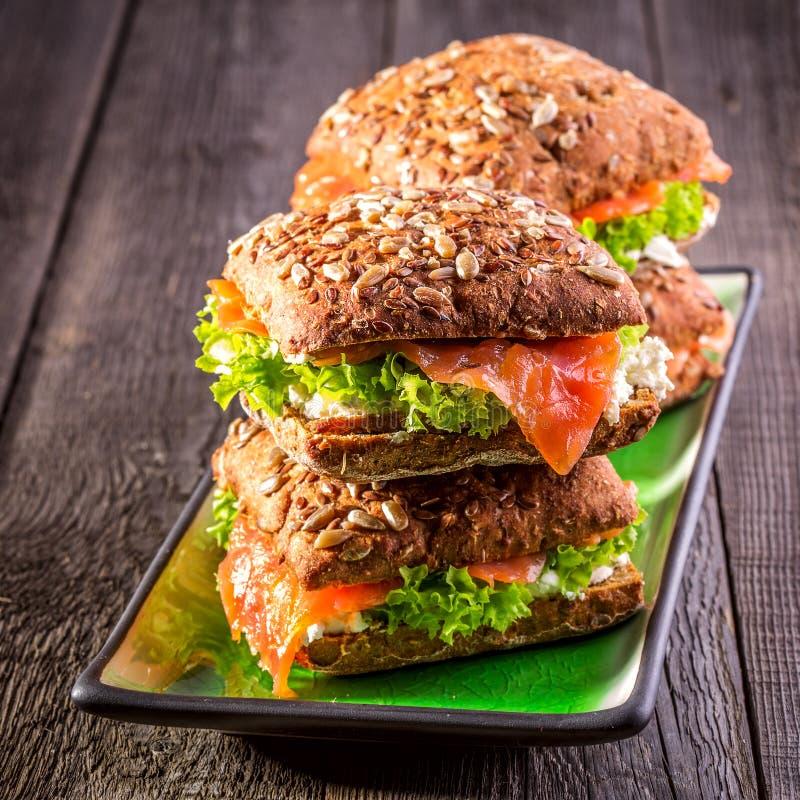 Sandwich met geheel korrelbrood en zalm op rustieke houten achtergrond royalty-vrije stock fotografie