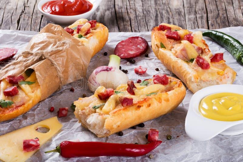 Sandwich met gerookte worst, graan en kaas stock fotografie