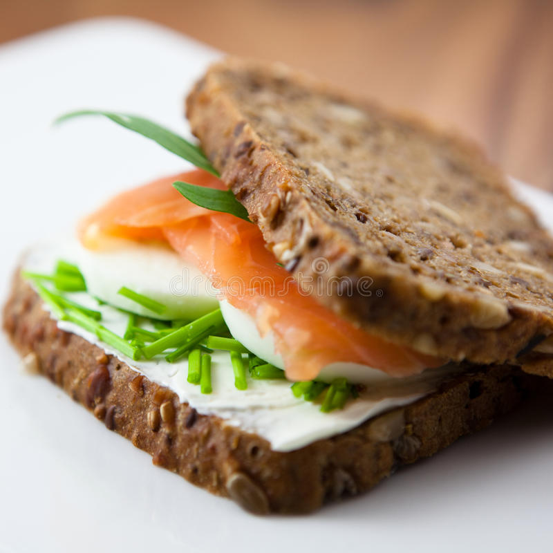 Sandwich met gerookte zalm stock foto's