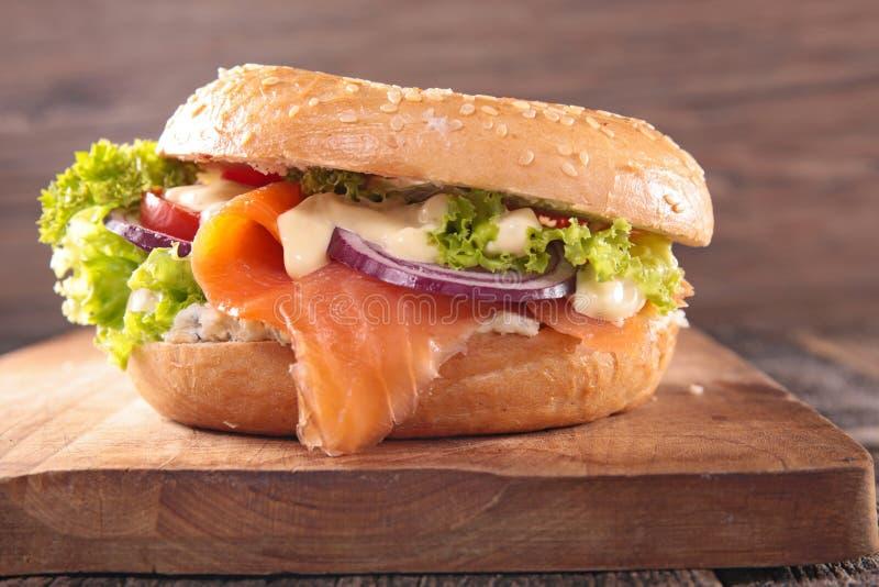 Sandwich met gerookte zalm royalty-vrije stock afbeeldingen