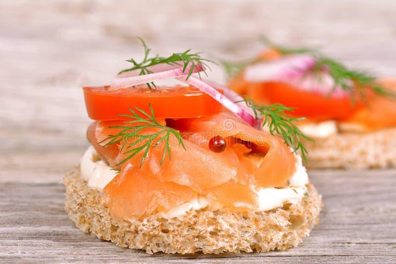 Sandwich met gerookte zalm en tomaat stock afbeeldingen
