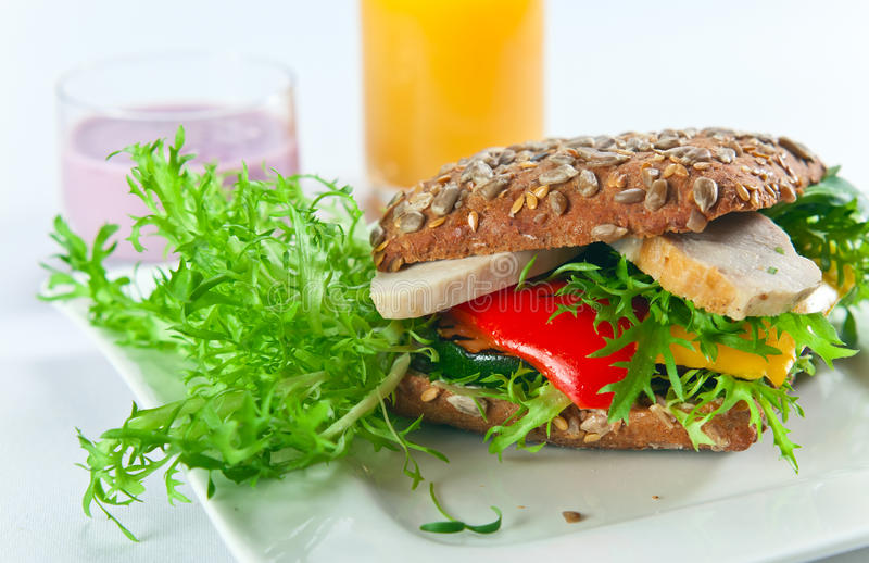 Sandwich met geroosterd groenten en kippenfilethaakwerk stock afbeelding