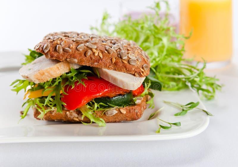 Sandwich met geroosterde groenten en kip stock fotografie