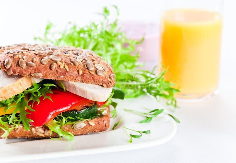 Sandwich met geroosterde groenten en kip stock afbeeldingen