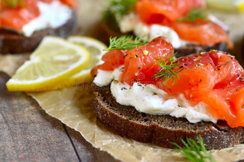 Sandwich met gezouten zalm en roomkaas stock fotografie