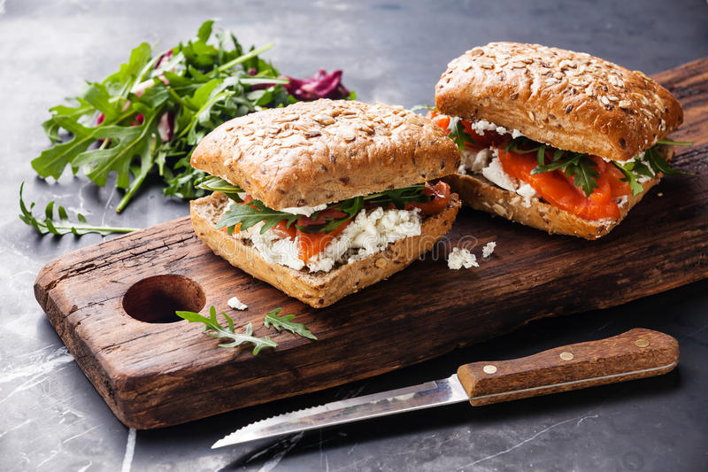 Sandwich met graangewassenbrood en zalm stock fotografie