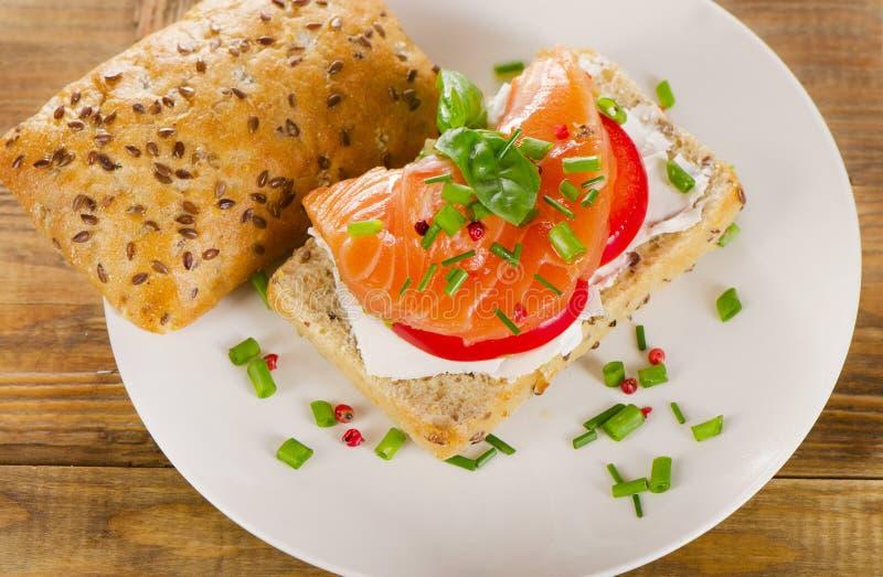 Sandwich met graangewassenbrood en zalm op rustieke houten backgrou royalty-vrije stock afbeelding