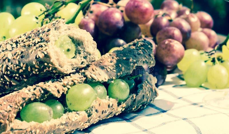 Sandwich met groene druiven op lijst royalty-vrije stock afbeeldingen
