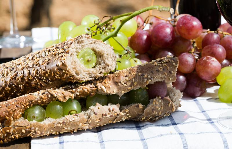 Sandwich met groene druiven op lijst in wijngaard stock afbeeldingen