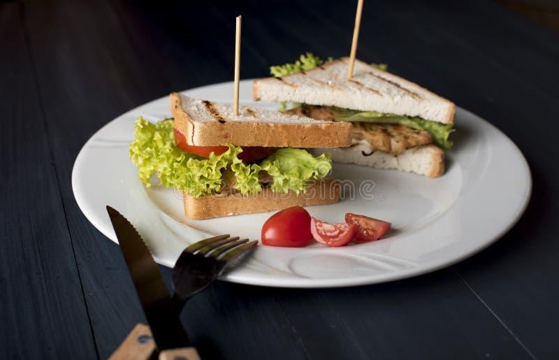 Sandwich met kaas, gebraden kip, tomaten en salade stock foto's
