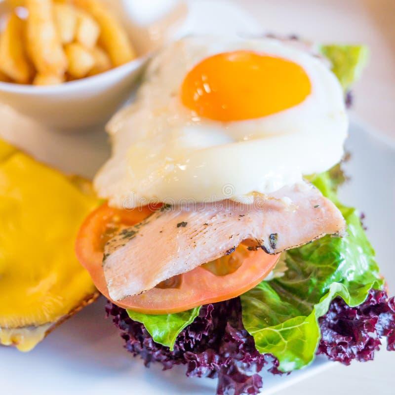 Download Sandwich met kip, stock afbeelding. Afbeelding bestaande uit schotel - 39109887