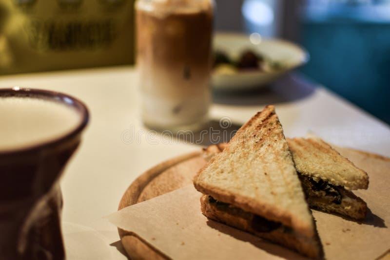 Sandwich met koffie in koffie royalty-vrije stock foto's