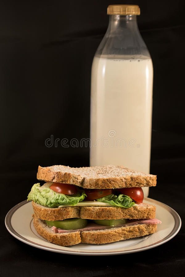 Sandwich met melk stock afbeeldingen
