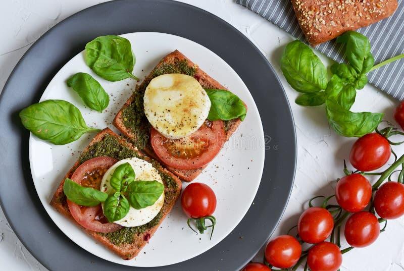 Sandwich met mozarellakaas en rode tomaten royalty-vrije stock foto