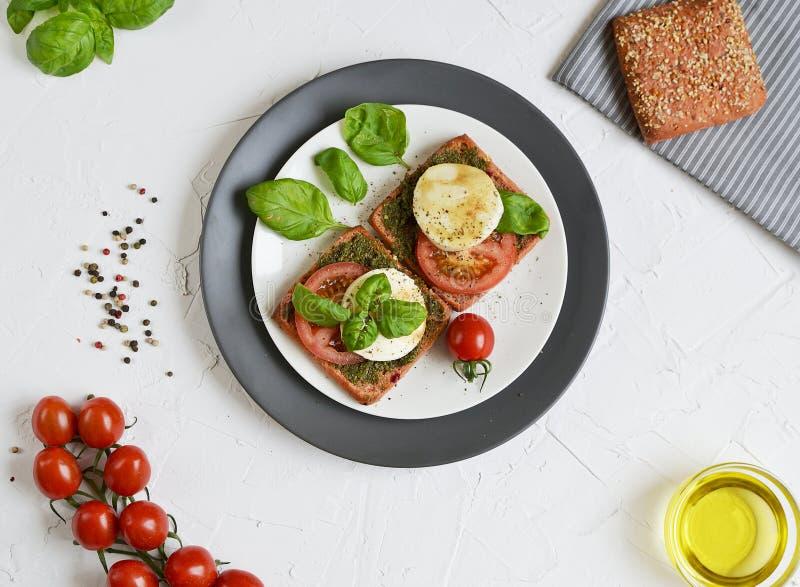 Sandwich met mozarellakaas en rode tomaten royalty-vrije stock afbeeldingen