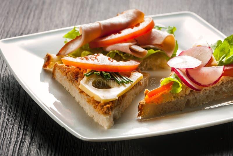Sandwich met pastei en groenten royalty-vrije stock afbeelding
