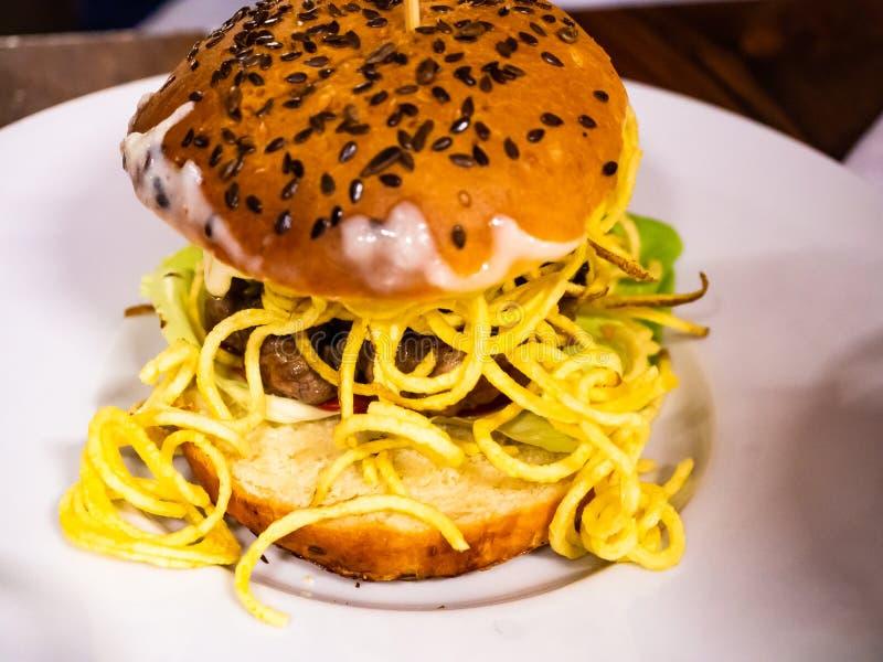 Sandwich met rundvleeshamburger en veel gebraden gerechten royalty-vrije stock fotografie