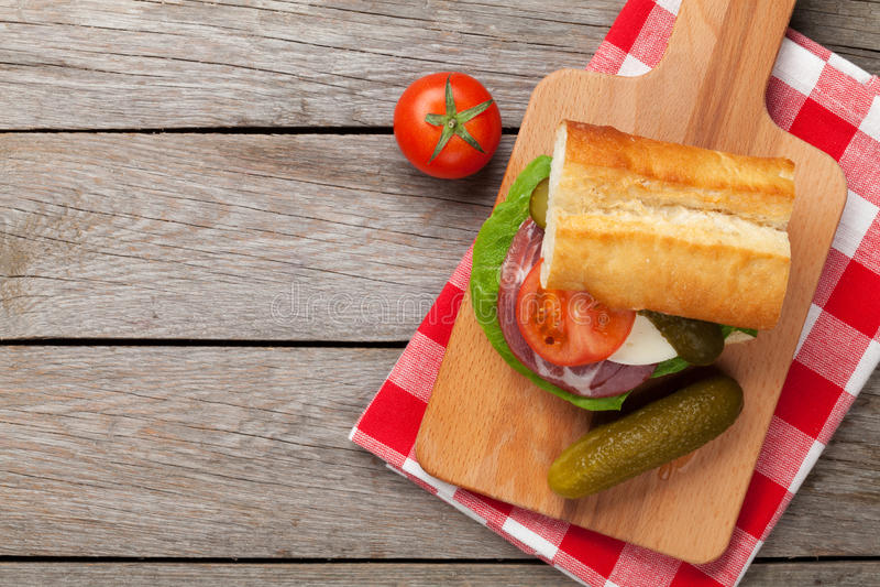 Sandwich met salade, ham, kaas, komkommer en tomaten stock fotografie