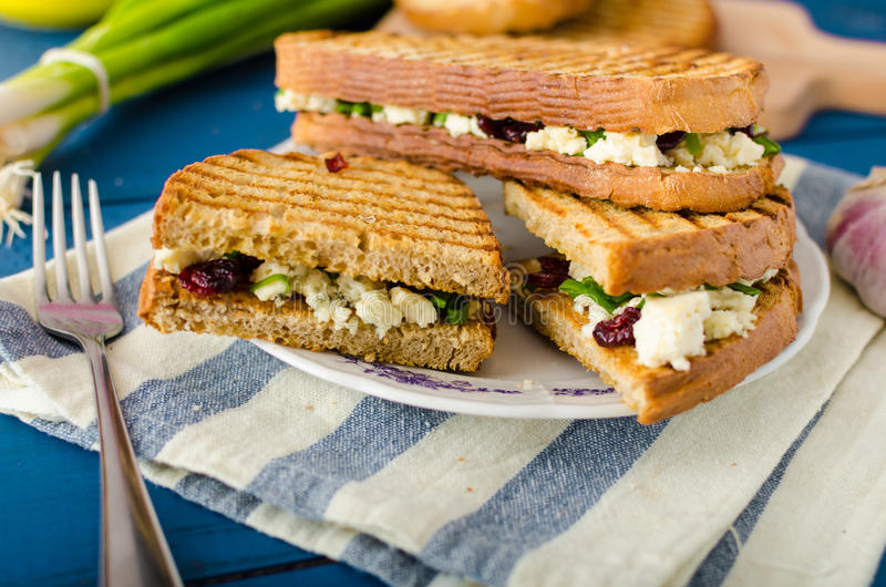 Sandwich met schimmelkaas en Amerikaanse veenbessen stock foto's