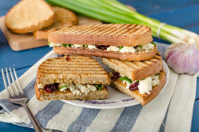 Sandwich met schimmelkaas en Amerikaanse veenbessen royalty-vrije stock foto