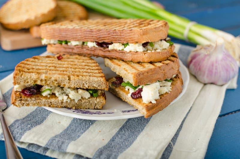 Sandwich met schimmelkaas en Amerikaanse veenbessen royalty-vrije stock fotografie
