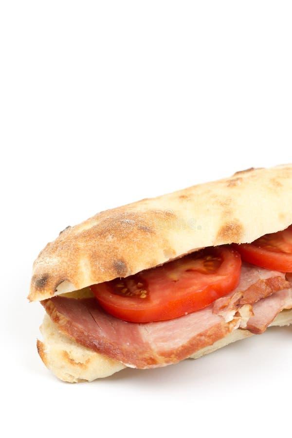 Sandwich met tomaat en lendestukvlees met witte exemplaarruimte stock foto's