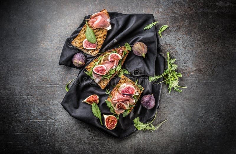 Sandwich met van de de spinaziearugula en kaas van fig.prosciutto onderdompeling royalty-vrije stock fotografie