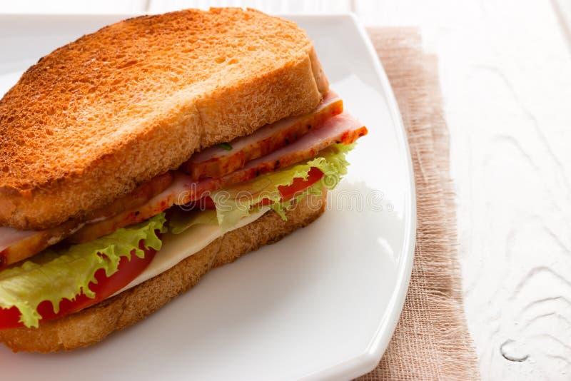 Sandwich met vlees en groenten op geroosterd brood stock foto's