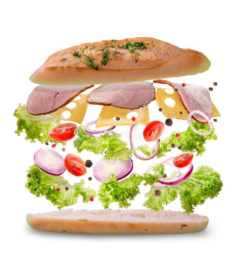 Sandwich met vliegende ingrediënten Vorstmotie Close-up Witte achtergrond royalty-vrije stock afbeeldingen