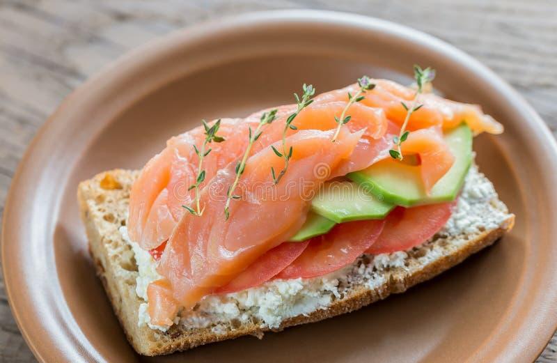 Sandwich met zalm, avocado en tomaten royalty-vrije stock afbeeldingen