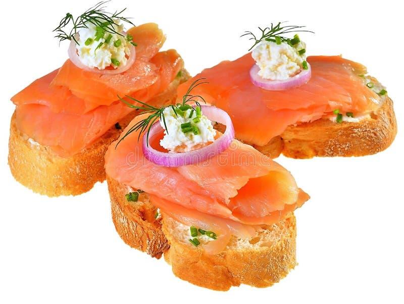 Sandwich met zalm, uien, kaas en dille royalty-vrije stock afbeeldingen