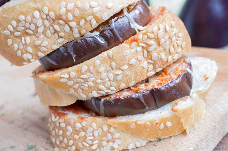 Sandwich mit Aubergine stockfoto